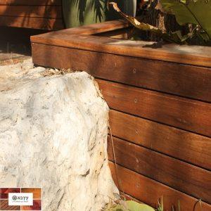 דק איפאה משתלב עם סלע בחצר