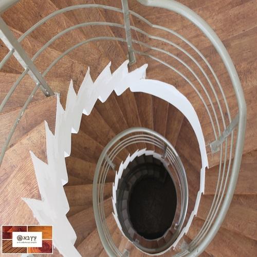 מדרגות ספירלה בחיפוי פרקט quick-step