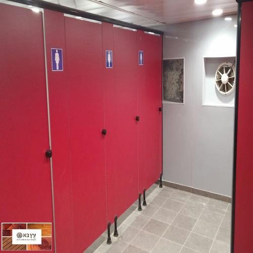 חיפוי קירות בלוחות היגיינים פלאופק בשירותים ציבוריים ברכבת
