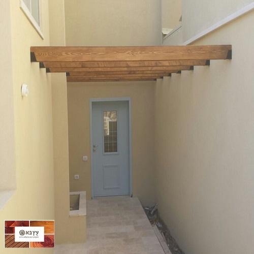 קורות עץ אורן בכניסה לבית בגבעת אלה