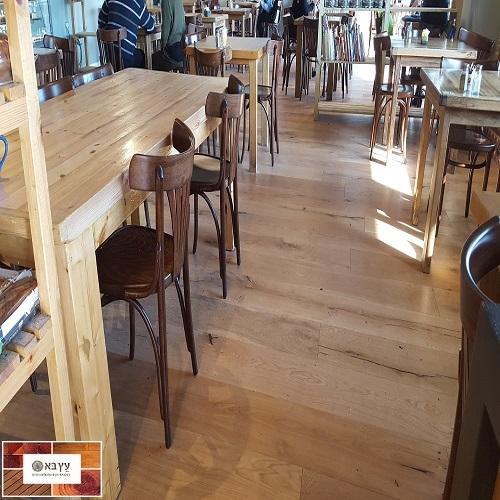 פרקט עץ תלת שכבתי בבית קפה