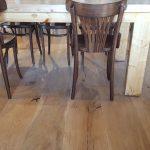 פרקט עץ תלת שכבתי רחב בבית קפה